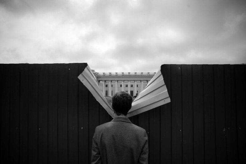 стрит, чб, забор, Пушкин, Санкт-Петербург, концепт, метафизика, дворец Прохожий наблюдает за происходящим за заборомphoto preview