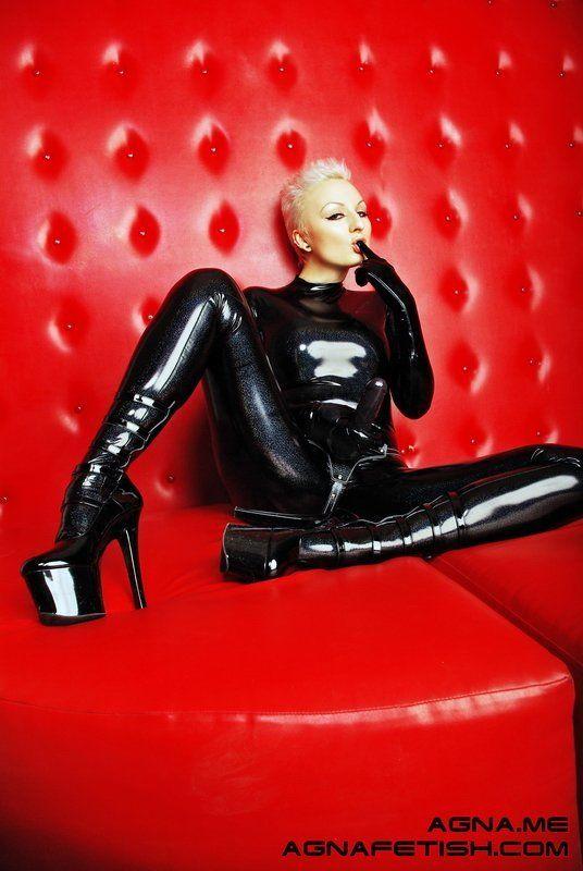 фетиш, бдсм, агна деви, страпон, арт, агнидог, комбинезон, каблуки, черный Черное на Красном :)photo preview