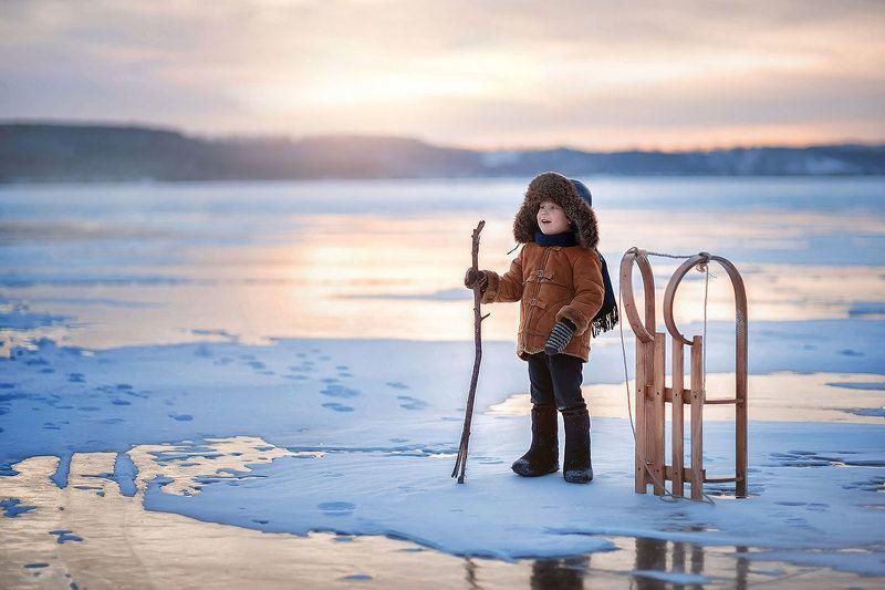 дети ребенок мальчик зима мороз ушанка сани вечер Удивительный мирphoto preview