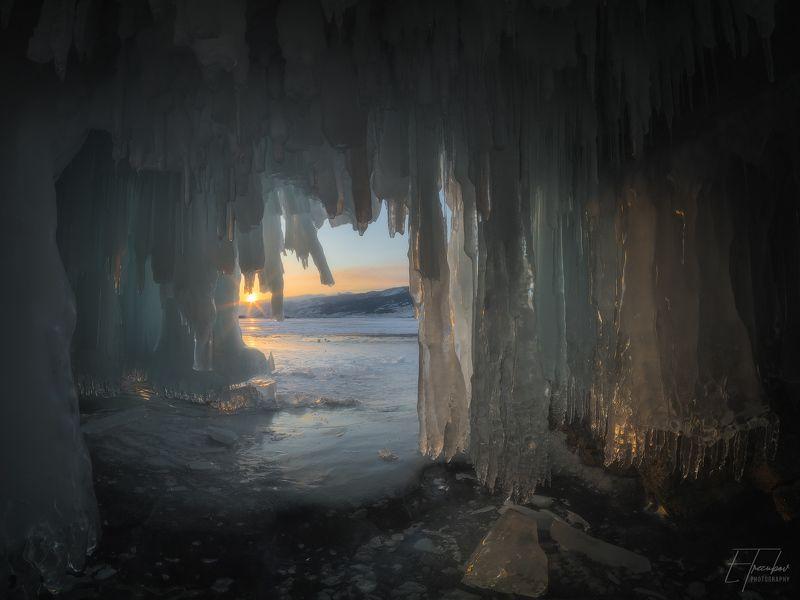 байкал, закат, солнце, грот, снег, лед, сосульки, ольтрек, уюга, курма, пещера В ледяной пещере на закатеphoto preview