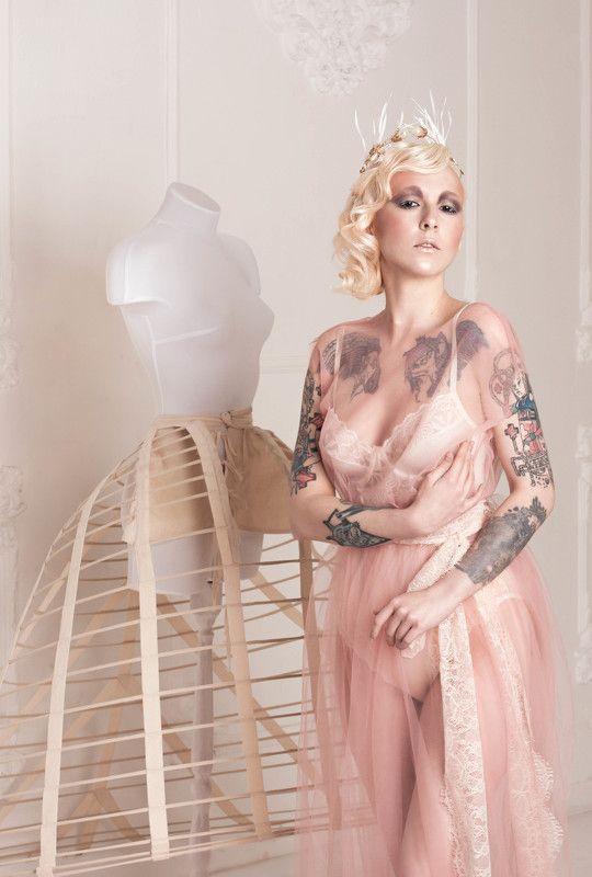 манекен, девушка, цветы, тату, неформальная модель, ретро, стилизация Нежная неформальностьphoto preview