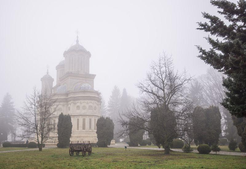 Туманное утро в монастыреphoto preview