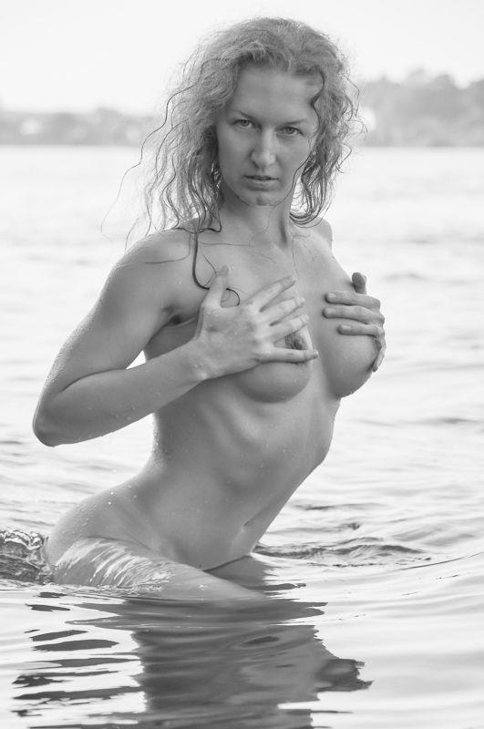 девушка, ню, портрет, тело, красота, грудь, сексуальность, лето, река, вода, ч/б,  Venusphoto preview