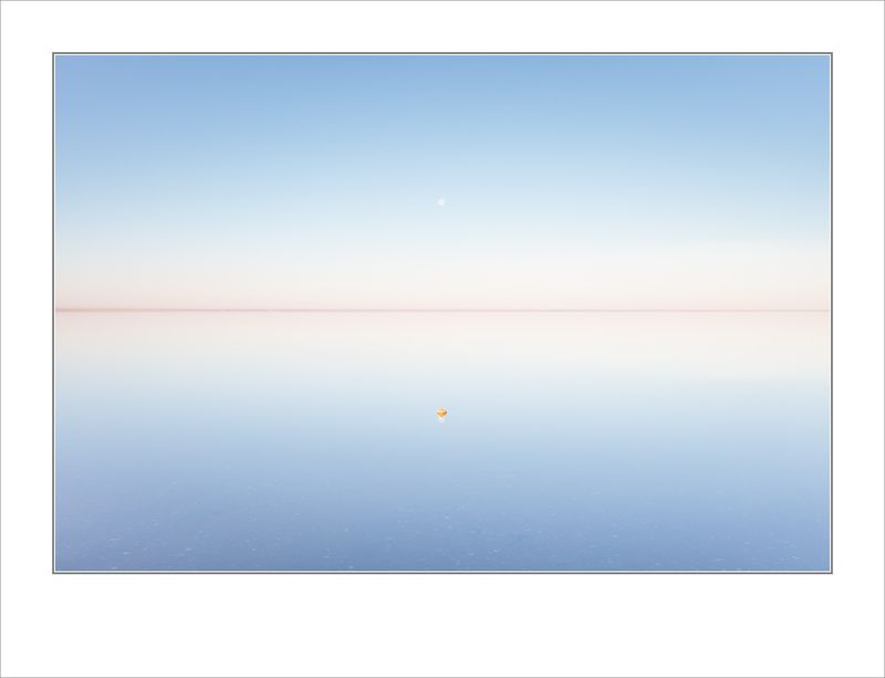 Восход луны над одиноким пикомphoto preview