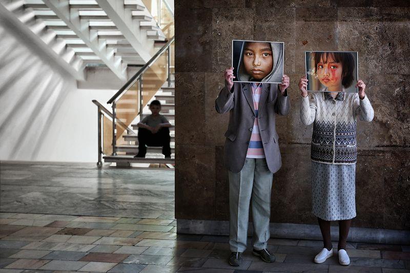 портрет, выставка, фото, персонаж, типаж, креатив, рамка, дедушка, бабушка, парочка, лестница, тень, зал, зрители Когда мы были молодые...photo preview