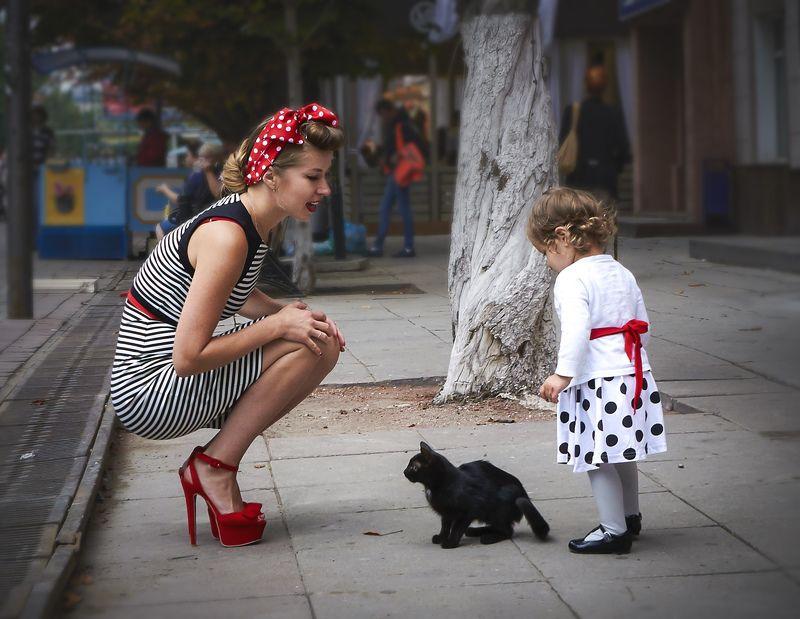 Саратов, Россия, улица, лето, девушка, девочка, котенок, мама, красный, белый. юмор Саратовский пинапphoto preview