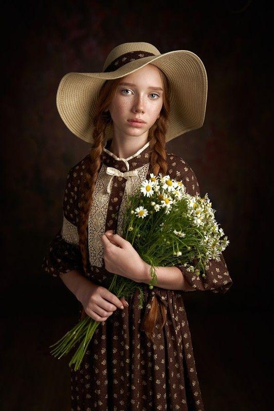 Девочка с ромашкамиphoto preview