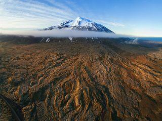 Вулкан Снайфельдльс со своими лавовыми щупальцами.