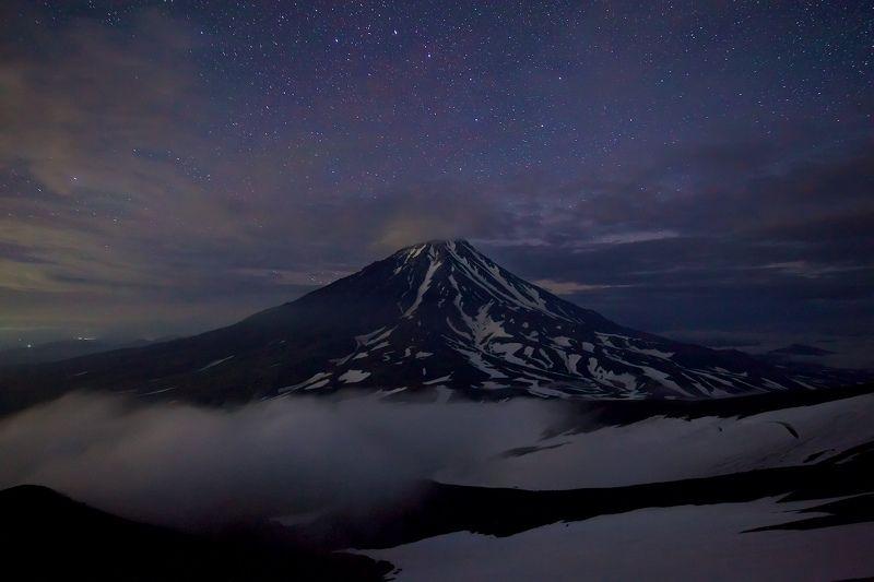 камчатка, авачинский вулкан, корякский вулкан, ночь, звезды, млечный путь, туман. горы Спящий великанphoto preview