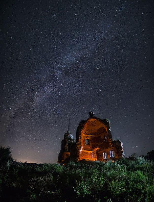 Разрушенная церковь и млечный путьphoto preview