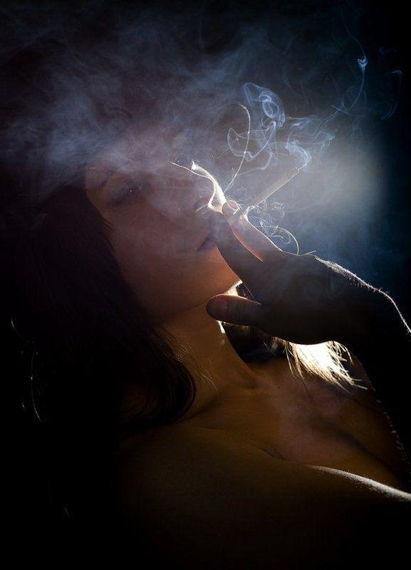 девушка,шляпа,сигарета В дымкеphoto preview