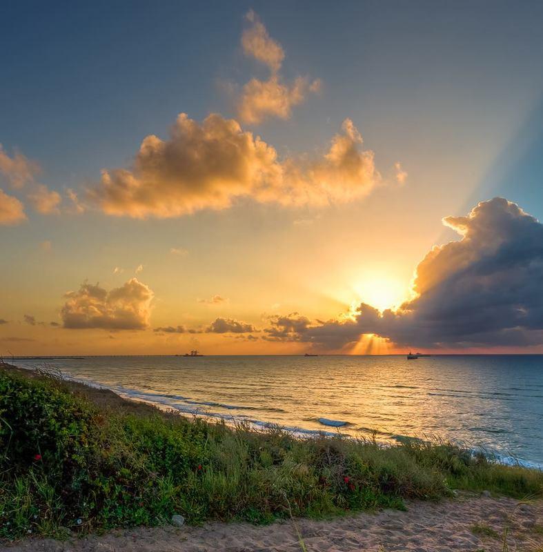 Над морем солнце заходилоphoto preview