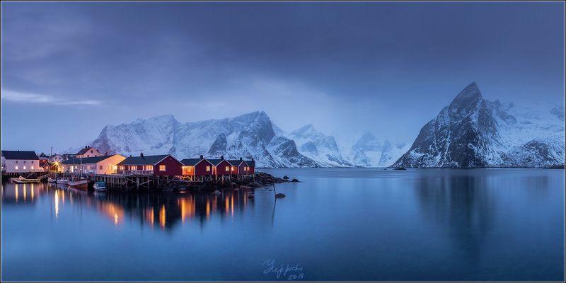 Норвежский пейзаж с кабинами и горойphoto preview