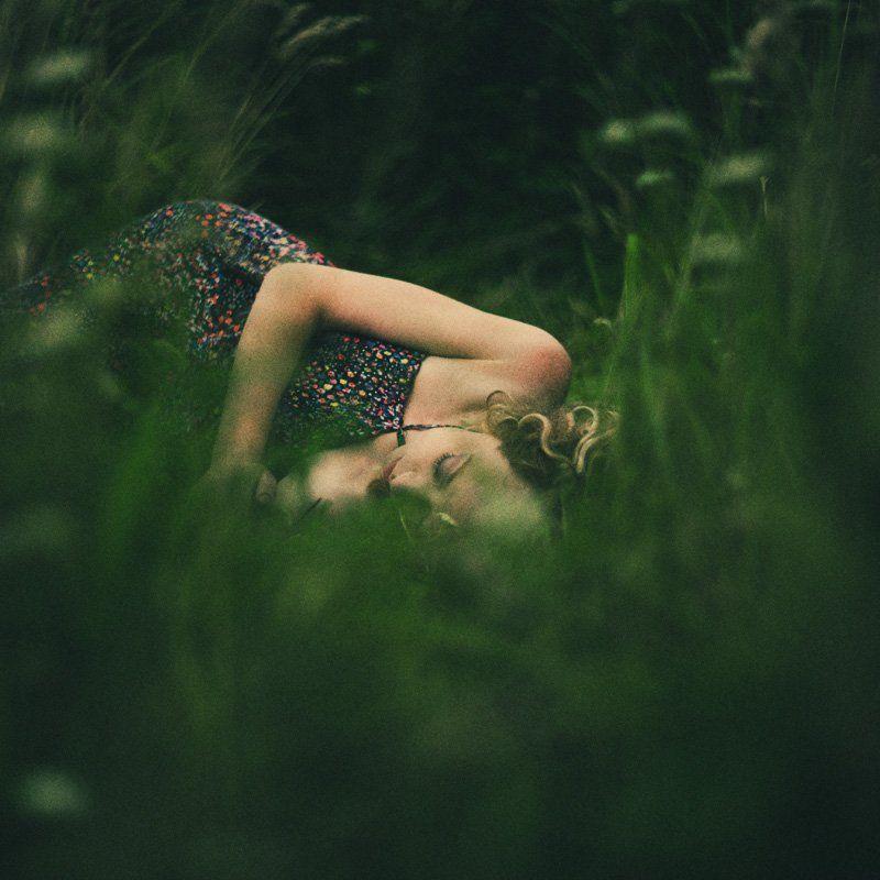 девушка,трава в травеphoto preview