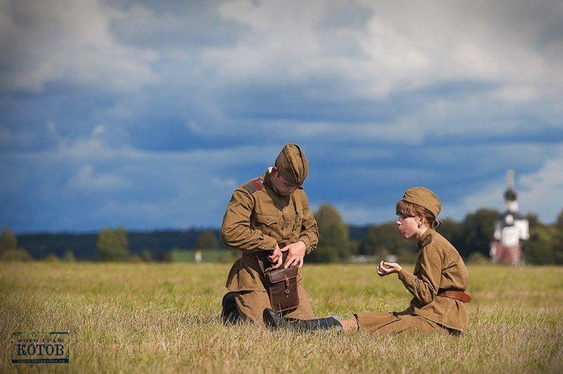 солдат, воин, поле, форма, небо, еда, обед, тишина, мужчина, женщина, любовь, забота В минуты затишьяphoto preview