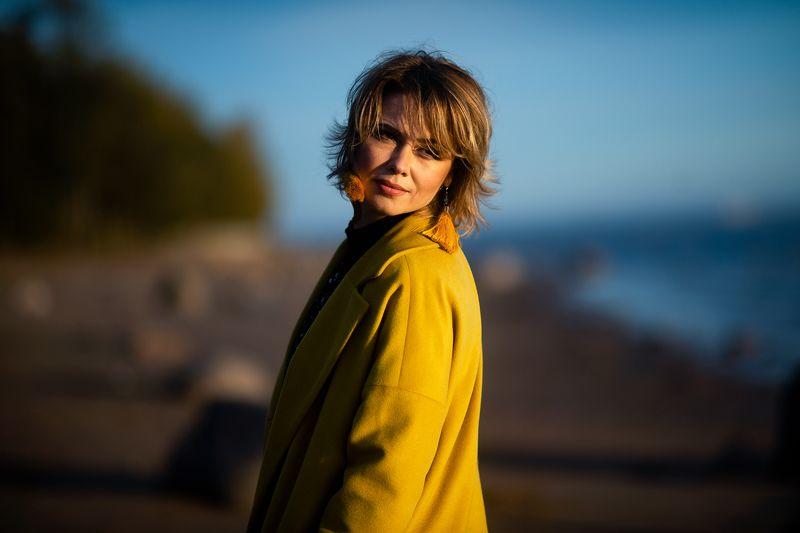 желтое пальто осень девушка photo preview