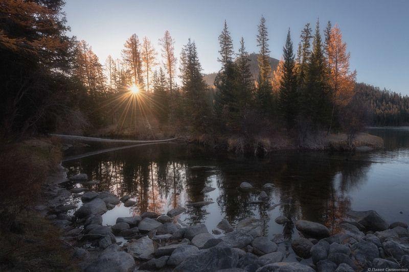 пейзаж, алтай, река, осень, лес, горы, солнце. свет, утро, восход Бараphoto preview