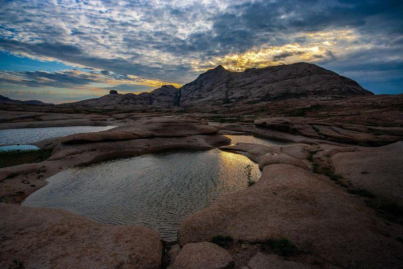 Рассвет, гора, гранит, Бектау, Бектау-Ата, Казахстан, цветок, лужа, темное небо Первые лучиphoto preview