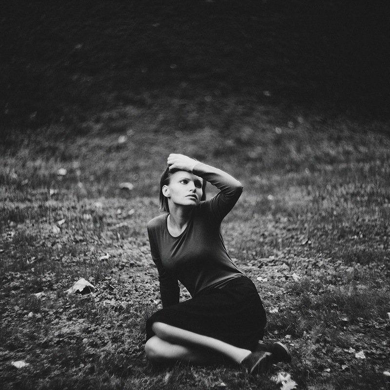 девушка,чб,портрет Девушка на травеphoto preview