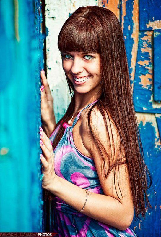 девушка, стена, улыбка, синий ***photo preview