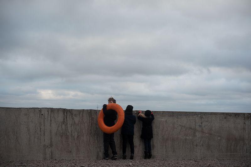 дети, спасательный круг, пристань, небо Море рядомphoto preview