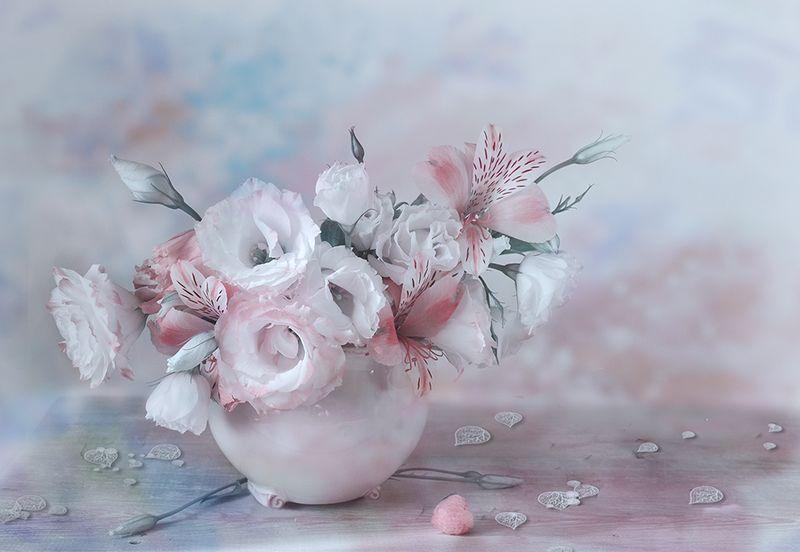 натюрморт букет ваза альстромерии деревянный стол голубой Цветочный шармphoto preview