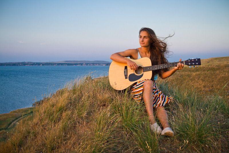 портрет, портфолио, модель, гитара, море, закат Музыка ветраphoto preview