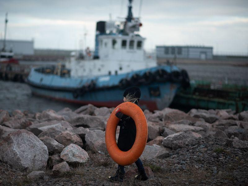 спасательный круг, море, девочка, камни, корабль photo preview