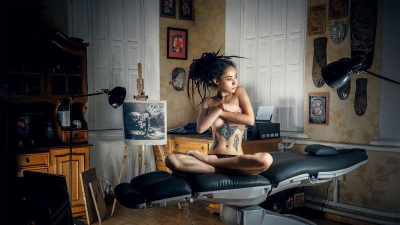 girl model tattoo artist nude drawing light darkness loneliness silence topless Russia dreadlocks девушка модель тату художник ню рисунок свет темнота одиночество тишина топлес Россия дреды Canvasphoto preview