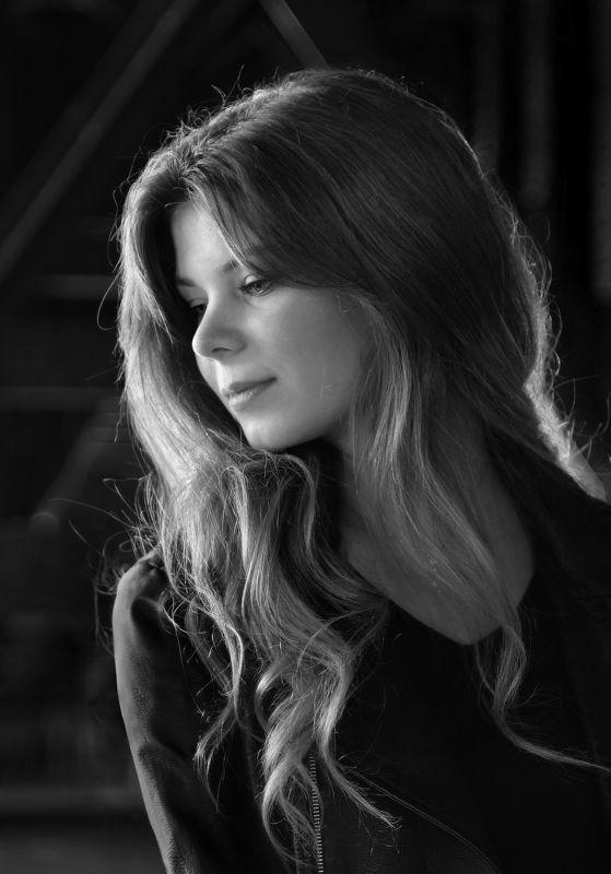 girl, portrait, face, eyes, hair, emotive, parisienne, monochrome, backlight, paris, dark Katiaphoto preview