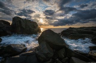 Утреннее море в скалах.