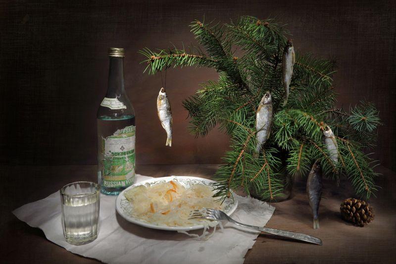 натюрморт,елка,рыбки,стакан,водка,капуста,вилка В ожидании праздникаphoto preview