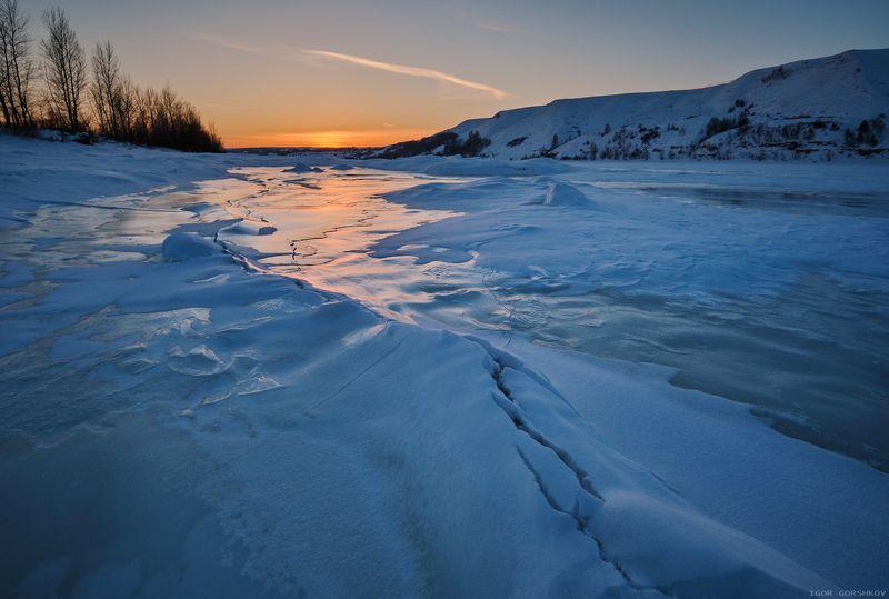 кама,река,зима,лёд,снег,закат,вечер,трещина,небо,горы,берег,пейзаж,нижняя кама,кама, Закат на зимней рекеphoto preview