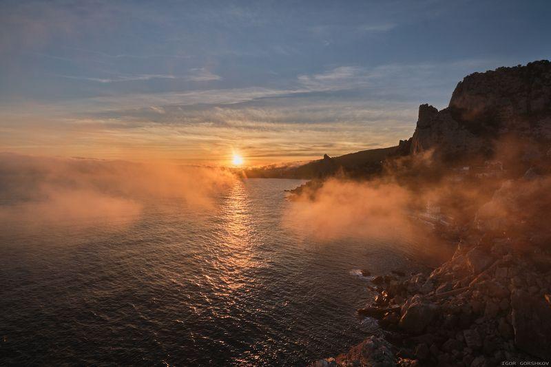 крым,пейзаж,закат,море,скалы,горы,туман,вечер,осень,берег,камни,облака,небо Закат на море с клочками тумана.photo preview