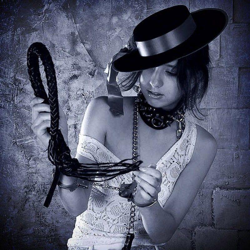 девушка шляпа наручники ошейник плеть Семихвостка... примеркаphoto preview