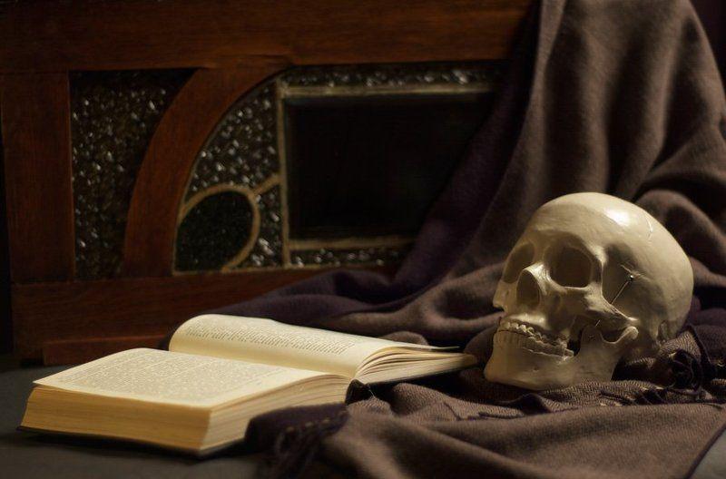 книга, череп театральный романphoto preview