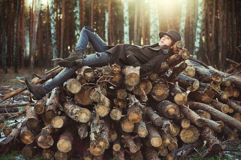 девушка, лес, в лесу, forest line, бревна, деревья, хвоя, портрет, рита, шляпа, лежит, елки Forest linephoto preview