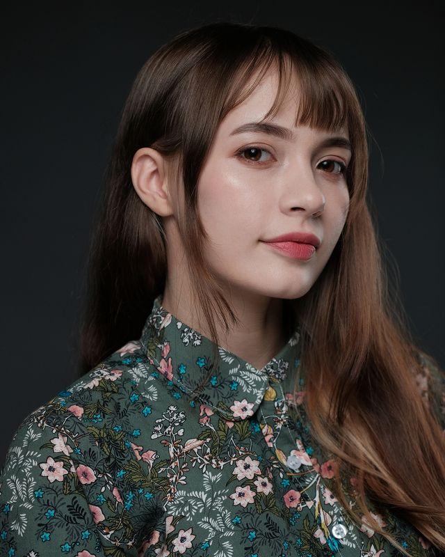 портрет домашняя студия свет вспышка отражатель блузка девушка лицо волосы текстурыphoto preview