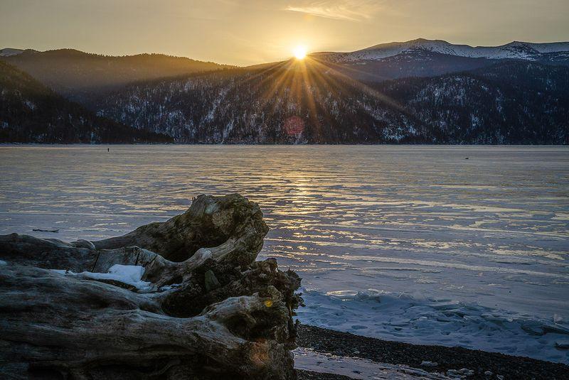 Восходящее солнце над Алтын-Кёльphoto preview