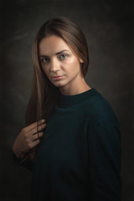 Женский портрет, зеленый джемпер, распущенные волосы Портрет Светланыphoto preview