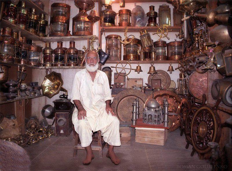 Лавка волшебных ламп Cтарика Хоттабыча. Пакистан. Порт / Magic lanterns Aladdin\'s store. Pakistanphoto preview