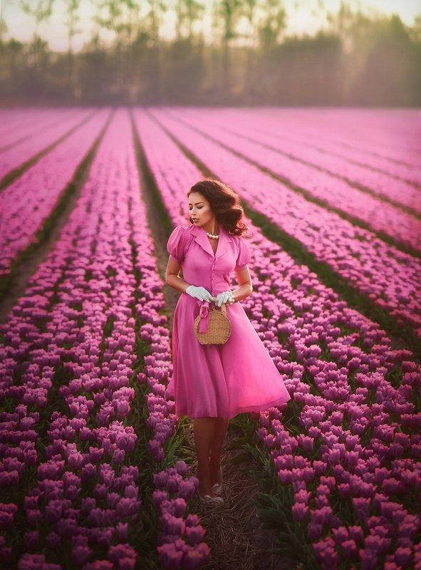 тюльпановые поля,девушка,леди ,розовые цветы,тюльпаны,красивая женщина, Розовое безумиеphoto preview