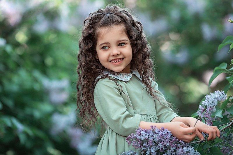 девочка,  детская и семейная фотосессия, детский и семейный фотограф, радость, восторг, счастье, фотосессия, маленькие дети, детское фото, детский фотограф, детское фото, детская фотосессия, весна, сирень,восторг Эсми и сиреньphoto preview