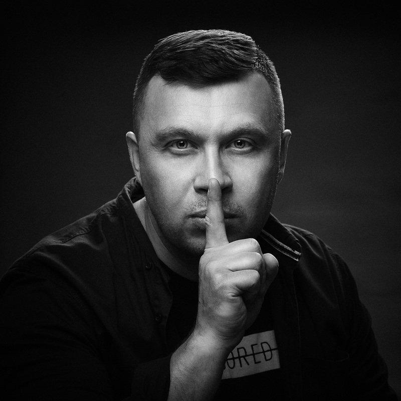 портрет лицо мужчина палец жест Находясь в тишине слушай сердцеphoto preview