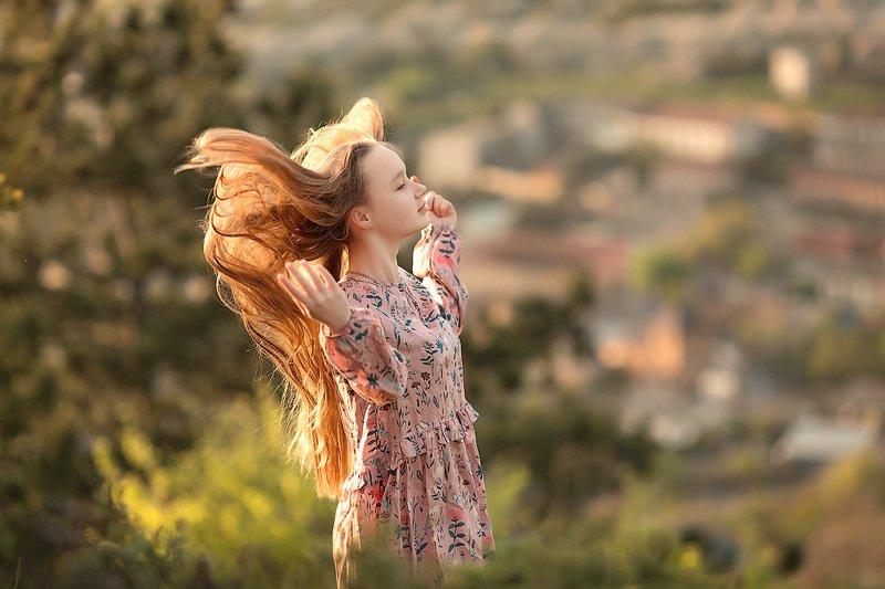 фотограф, зеркальный фотоаппарат canon mark iii, фотопрогулка, девочка, лето, закат, девушка, фотосессия, детский фотограф, счастье, радость, дети на фото, семейная фотография, любовь, крым, горы, закат, восторг Солнышко и ветер в...волосах...photo preview