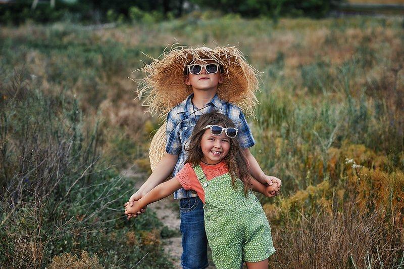 Весёлые дети на загородной прогулкеphoto preview