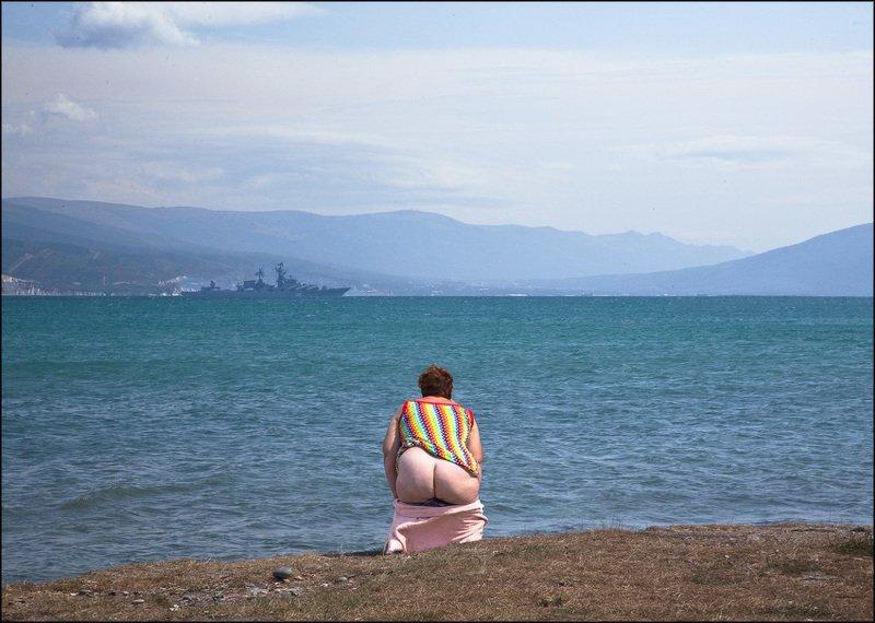 море корабль женщина Ню на пленереphoto preview