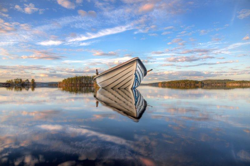 Одинокая лодкаphoto preview