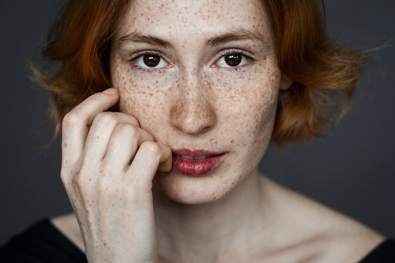 девушка веснушки портрет взгляд модель гламур black&white girl popular art model woman beautiful studio freckles Маринаphoto preview