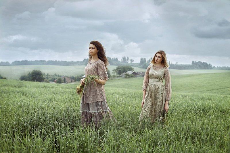 девушка, женский портрет,  поле,  ветер, деревня, лето, трава, небо, сборщицы, костюм, постановка, жанр Сборщицыphoto preview